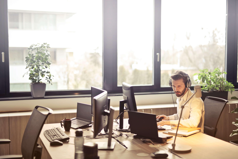 man-with-headphones-facing-computer-monitor-845451 Kopie